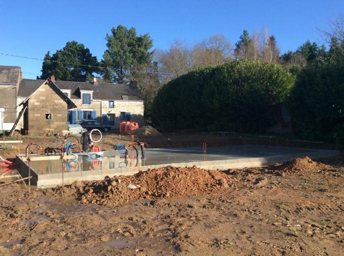 Construction à la campagne d'une maison bleue : Coulage de la dalle