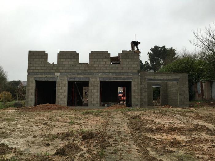 Construction à la campagne d'une maison bleue : en cours de construction
